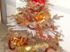 Blacky sur le palier près du sapin de Noël
