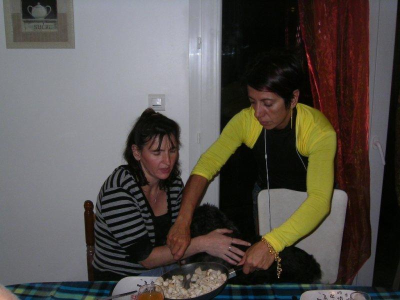 Blacky sur les jambes de Chantal Caroff chez Fatima